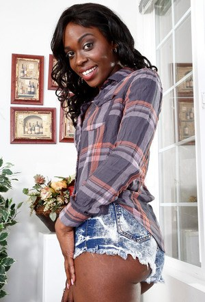 Ebony In Shorts Pics